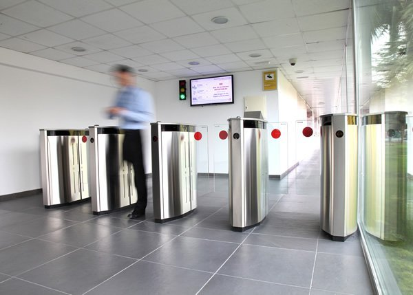 Express Gate: Coridor de control acces cu panouri de sticla glisante