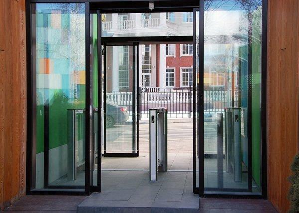 Slim Gate: Coridor de control acces cu panouri de sticla batante